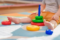 Małe dziecko zbiera piraimda obsiadanie na podłoga zdjęcia royalty free