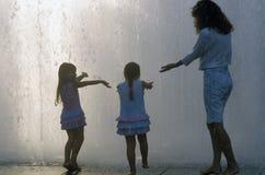 Małe dziewczynki bawić się w fontannie przy Dorothy Chandler pawilonem, Los Angeles, CA fotografia stock