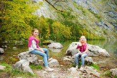 Małe dziewczynki cieszy się widok głęboki - zieleń nawadnia Obersee, lokalizuje blisko Konigssee, znać jako Niemcy ` s głęboki i  Fotografia Royalty Free
