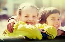 Małe dziewczynki cuddling i ono uśmiecha się fotografia stock
