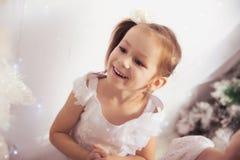 Małe dziewczynki dekoruje choinki obrazy royalty free