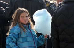 Małe dziewczynki jedzą bawełnianego cukierek na grodzkim jarmarku w Pernik, Bułgaria †'Jan 27,2018 Toothache i niezdrowy jedzen fotografia stock