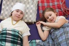 Małe dziewczynki kłama na szkockich kratach w gym Fotografia Stock