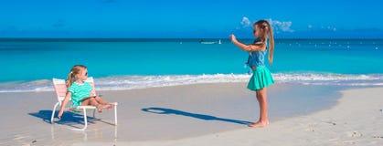 Małe dziewczynki ma zabawę przy tropikalną plażą bawić się wpólnie outdoors Zdjęcia Royalty Free
