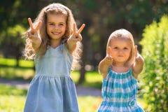 Małe dziewczynki ma zabawę wpólnie Zdjęcia Stock