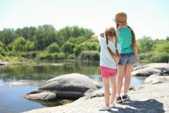 Małe dziewczynki przy brzeg rzeki obóz obrazy stock