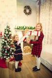 Małe dziewczynki przygotowywa prezenty fotografia royalty free