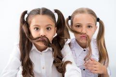 Małe dziewczynki robią wąsy z długie włosy, fryzury pojęcie małe dziewczynki aving zabawę z fryzurą obrazy stock