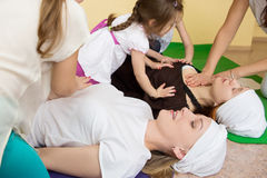 Małe dziewczynki robi masażowi dla kobiet w gym Fotografia Royalty Free