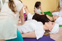 Małe dziewczynki robi masażowi dla kobiet w gym Zdjęcie Stock
