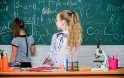 Małe dziewczynki w lab mikroskop Biologii lekcja tylna szko?y nauka eksperymenty w laboratorium Bra? zamkni?tego spojrzenie obrazy royalty free