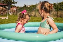 Małe dziewczynki w pływackim basenie Fotografia Stock