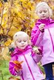 Małe dziewczynki z winogronem w jesieni Zdjęcia Royalty Free