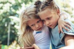 Małe dziewczyny patrzeje wiszącą ozdobę z uwagą obraz stock