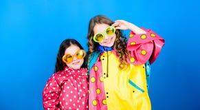 Małe dziewczyny w deszczowu i szkłach szczęśliwe małe dziewczyny w kolorowym podeszczowym żakiecie Podeszczowa ochrona t?cza Jesi fotografia stock
