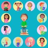 Małe ikony z Czytającymi dziećmi na Błękitnym tle ilustracji