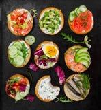 Małe kanapki na czarnym nieociosanym tle fotografia stock