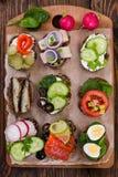 Małe kanapki na drewnianym tle Odgórny widok obrazy royalty free