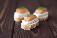 Małe kanapki z przetwarzającym łososiem i serem fotografia royalty free