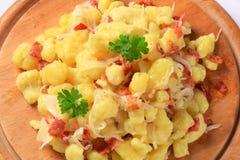 Małe kartoflane kluchy z bekonem i kapustą Zdjęcie Royalty Free