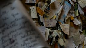 Małe karty z kochającą dedykacją na ścianie Juliet balkon zbiory wideo