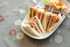 Małe kawałka tuńczyka sałatki kanapki na stole Obrazy Royalty Free