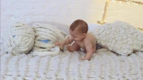 Małe nowonarodzone dziecko wspinaczki na łóżku zdjęcie wideo