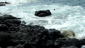 Małe ocean fala Uderza Czarną lawy skałę Koniec Hawaje zbiory wideo