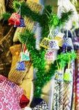 Małe ornamentacyjne dekoracje na gałąź podczas Ryskich bożych narodzeń wprowadzać na rynek Obrazy Stock