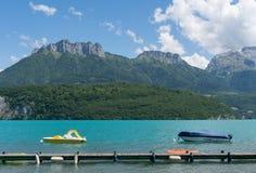 Małe paddle łodzie na Lac d& x27; Annecy, Francja zdjęcie stock