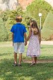 Małe przyjaciół spaceru mienia ręki Zdjęcia Royalty Free