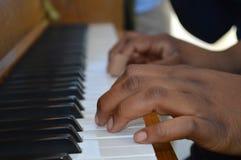 Małe ręki bawić się pianino zdjęcia royalty free