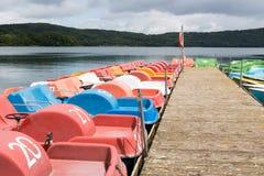 Małe rekreacyjne łodzie przy jetty Obrazy Royalty Free