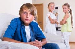 Małe siostry ignoruje wielkiego brata obrazy stock