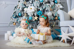 Małe siostry otwierają teraźniejszość Pojęcie boże narodzenia i nowy rok zdjęcia royalty free