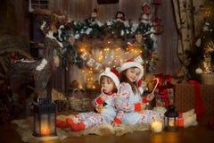 Małe siostry w piżamach przy wigilią zdjęcia stock