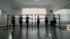 Małe smutne baleriny ubierali w czarnym leotard robi całkowicie nudnemu ćwiczeniu blisko baletniczego barre zbiory wideo