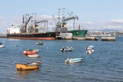 Małe stare łodzie rybackie na Tajo rzece blisko Lisbon Portugal Obraz Stock