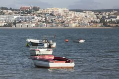 Małe stare łodzie rybackie na Tajo rzece blisko Lisbon Portugal Zdjęcia Royalty Free
