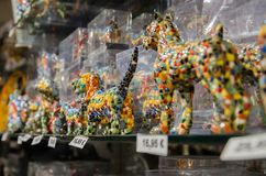 Małe stubarwne statuy psy w Gaudi projektują przy pamiątką s obraz stock
