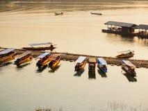 Małe turystyczne łodzie dokuje przy rzeką w Sangkhlaburi, Tajlandia Zdjęcia Royalty Free