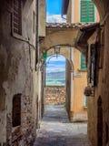 Małe wąskie ulicy w wina mieście Montepulciano w Tuscany, I Obraz Stock