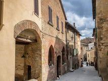 Małe wąskie ulicy w wina mieście Montepulciano w Tuscany, I Obrazy Stock
