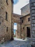 Małe wąskie ulicy w wina mieście Montepulciano w Tuscany, I Zdjęcia Royalty Free