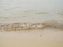 Małe wodne fala blisko wody krawędzi Obrazy Royalty Free