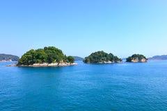 Małe wyspy na morzu i niebieskim niebie. Toba zatoka, Japonia. Fotografia Royalty Free