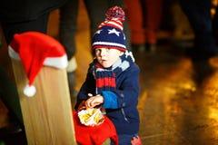 Małego ślicznego dzieciak chłopiec łasowania francuscy dłoniaki na bożych narodzeniach wprowadzać na rynek obraz royalty free