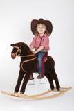 Małego śmiesznego cowgirl jeździecki koń fotografia stock