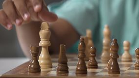 Małego biracial dziecka szachy poruszające postacie, rozwija logika umiejętności, interes zbiory wideo