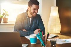 Małego biznesu przedsiębiorca przy pracą w jego biurze zdjęcie royalty free